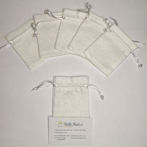 Sacchetto con tirante realizzato in juta bianca, ideale per realizzare con semplicità e creatività.