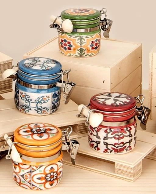 Barattolo Maiolica realizzato in ceramica colorata, con chiusura ermetica. Decorati e assortiti in 4 varianti di colori come dimostrato in foto. Idea originale da utilizzare come bomboniera utile.