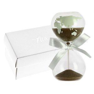 Bomboniera clessidra mappamondo realizzata in vetro, con sabbia beige. Perfetta per ogni occasione.