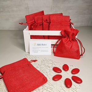 Sacchetto con tirante realizzato in juta di colore rosso, ideale per realizzare con semplicità e creatività.