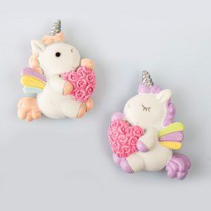 Magnete a forma di unicorno con cuore realizzata in resina, assortito in2 colori come illustrato in foto.