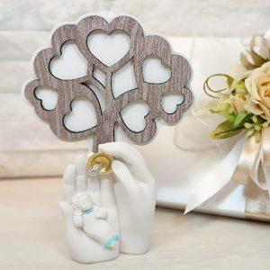 Bomboniera Albero in rovere con Battesimo cielo, realizzata in polvere di marmo. Bellissimo significato di amore vita e famiglia, ideale per lasciare un ricordo indelebile nei vostri invitati.