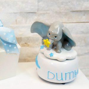 Bomboniera carillon Dumbo con meccanismo a corda, basta girarla ed una dolce musica comincerà a suonare. Ilcarillon Disney è realizzato in resina.