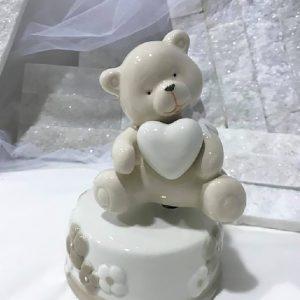Bomboniera carillon orsetto avorio, ruota l'orsetto in senso orario produrrà una dolce ninna nanna. Il carillon è realizzato in ceramica, colore avorio. Compreso nel prezzo regaliamo scatolina.