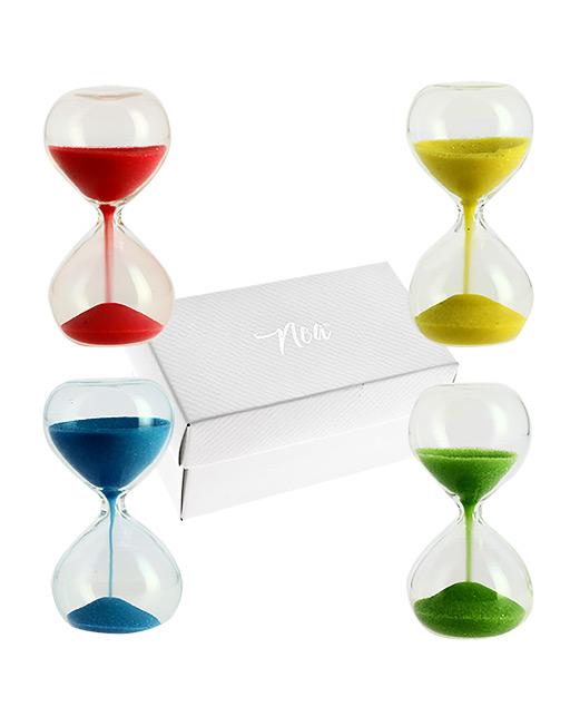 Clessidra colorata realizzata in vetro soffiato, assortita in 4 colori come dimostrato in foto. Ideale per essere utilizzata per ogni tipologia di evento. Prodotto vendibile a multiplo di 4 pezzi.