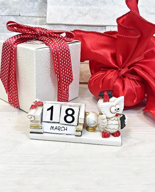 Bomboniera Laurea calendario gufo realizzata in resina. Calendario corrispondente per tutte le facoltà.