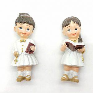 Magnete Bimba Prima Comunione in abito bianco con crocifisso e Bibbia tra le mani realizzata in resina. Ideale per regalare ad amici e parenti un piccolo ricordino per questo importante sacramento.