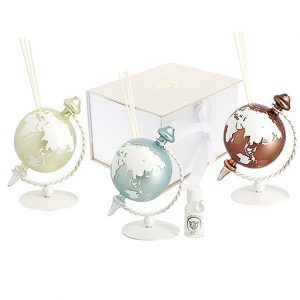 Bomboniera diffusore mappamondo.Il planisfero realizzato in vetro. La sfera rotante si regge su una base in metallo, disponibile in tre colori: Bianco; Tiffany; Tortora.