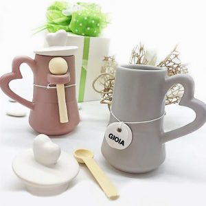 Zuccheriera Moka realizzata in ceramica opaca, assortita in tre colori moderni: tortora, grigio/lilla, rosa antico.