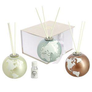 Bomboniera profumatore globo mappamondo.Il planisfero realizzato in vetro. La sfera rotante si regge su una base in metallo, disponibile in tre colori: Bianco; Tiffany; Tortora.