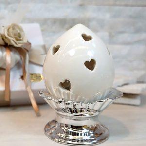 Bomboniera pumo biancorealizzato in fine ceramica in una tonalità molto chiara, con fori a forma di cuore.llpumo in ceramicaè un pregiato elemento decorativo,simbolo portafortuna.