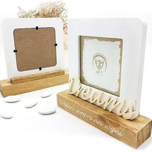Portafoto shabby chic Amore & Dreams realizzato in legno, con cornice bianca e base color legno naturale