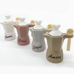 Zuccheriera Moka assortita in 4 varianti di colore, in ceramica effetto opaco/satinato: bianco, tortora, rosa antico e grigio/lilla. Il coperchio con impugnatura a forma di cuore è in ceramica bianca.