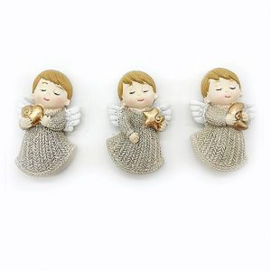 Bomboniera angioletto magnete assortiti in 3 varianti, con cuore, stella e luna in resina dorata. La tunica dell'angioletto bomboniera è ricoperto da polverina glitter color argento.