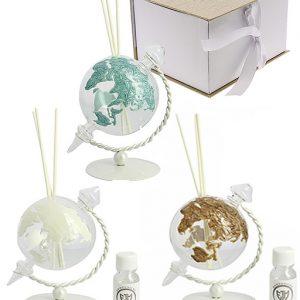 Bomboniera profumatore mappamondo globus.Il planisfero realizzato in vetro. La sfera rotante si regge su una base in metallo, disponibile in tre colori: Bianco; Tiffany; Tortora.
