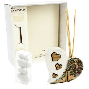 Bomboniera profumatore cuore albachiara, decorato con albero e fiori, realizzato in resina.Incluso nel prezzo: bastoncini, scatolina originale.