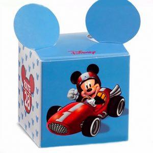 Scatolina nascita Disney Topolinocon forma di un cubo, orecchie sporgenti sul coperchio, è realizzato in cartoncino decorato con immagine frontale di Mickey Mouse in auto Ferrari da corsa.