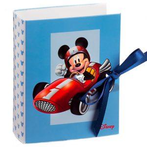 Cofanetto Disney Topolino realizzato in cartoncino azzurro sono decorati dal disegno di Topolino nella sua auto da corsa Ferrari, rappresentato sulla parte frontale della scatolina.