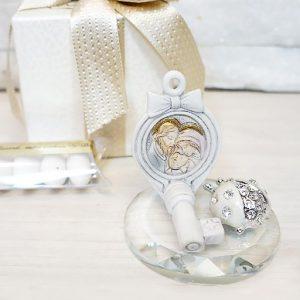 Bomboniera Sacra famiglia in cristallo raffigurante una chiave in resina, coccinella portafortuna in strass. Una bomboniera che svolgerà a pieno la funzione di ricordino. Compreso nel prezzo regaliamo scatolina originale.