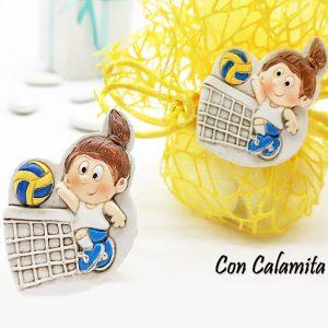 Bomboniera Volley realizzata in resina colorata rappresenta il campo di pallavolo e bambina in divisa mentre schiaccia la palla al di sopra della ret