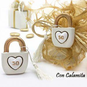 Bomboniera 50 anni anniversario matrimonio realizzata in resina con magnete, idea originale per festeggiare le tue nozze d'oro. Una scelta simpatica per creare bomboniere nozze d'oro