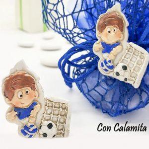 Bomboniera Calcio realizzata in resina colorata raffigurante un calciatore in maglia azzurra. Disponibile in due modelli: statuina e magnete