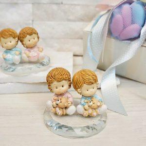 Bomboniera Bimbi gemelli disponibili in 3 varianti, bimbo-bimbo bimba-bimba - bimbo-bimba. Realizzate su una base in cristallo, stupende bomboniere per un evento cosi unico