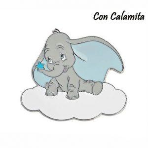 Magnete Disney Dumbo, sono realizzate in metallo argentato e colorato e sono piatte: raffigurano l'elefantino su una nuvola, con una stellina azzurra sulla proboscide.