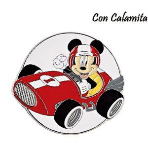 Magnete Topolino Disney. Topolino sorridente, con un auto da corsa giocattolo in una mano.