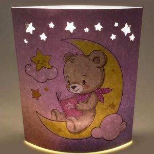 Bomboniera Orsettp lampada notturna realizzata in cartone rigido con raffigurazione di un coloratissimo unicorno con arcobaleno. Al centro della lampada è posto il led, alimentato a batteria. Inclusa nel prezzo regaliamo scatolina trasparente in pvc.