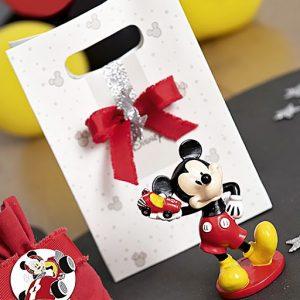 Topolino Disney , bomboniera realizzata con cornice in resina, topolino sorridente, con un auto da corsa giocattolo in una mano, Le speciali bomboniere TOPOLINO arriveranno in una particolare confezione a BAG DISNEY.