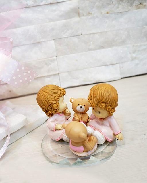 Bomboniere gemelli con orsetto disponibili in 3 varianti, bimbo-bimbo bimba-bimba - bimbo-bimba. Realizzate in resina su una base in cristallo, stupende bomboniere per un evento cosi unico.