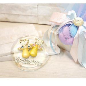 Bomboniera Ciuccio disponibili in 3 varianti, bimbo-bimbo bimba-bimba - bimbo-bimba. Realizzate su una base in cristallo, stupende bomboniere per un evento cosi unico.
