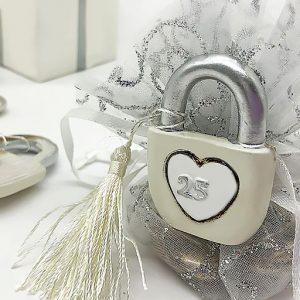 Bomboniera 25 anni anniversario matrimonio realizzata in resina con magnete, idea originale per festeggiare le tue nozze d'argento. Una scelta simpatica per creare bomboniere nozze d'argento.