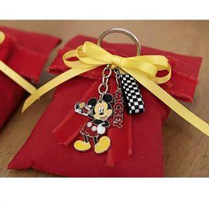 Sacchetto Topolino Disney , con portachiavi topolino realizzato in metallo colorato. Topolino sorridente, con un auto da corsa giocattolo in una mano.