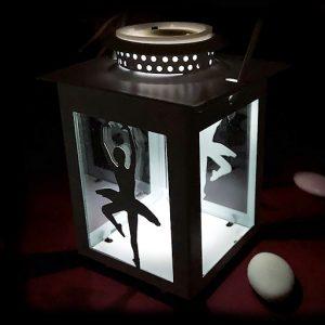 Lanterna bianca personalizzata con ballerina per idee bomboniere economiche ideali per eventi come battesimo o comunione o per idee regalo e gadget scuole danza. Assortita in due modelli come dimostrato in foto.