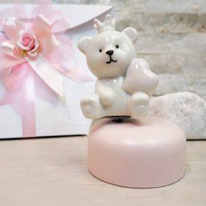 Bomboniera carillon orsetto rosa Claraluna, ruota l'orsetto in senso orario produrrà una dolce ninna nanna. Il carillon è realizzato in ceramica, colore rosa. Compreso nel prezzo regaliamo busta.